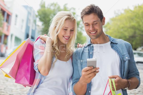 Anca guardando smartphone shopping viaggio Foto d'archivio © wavebreak_media