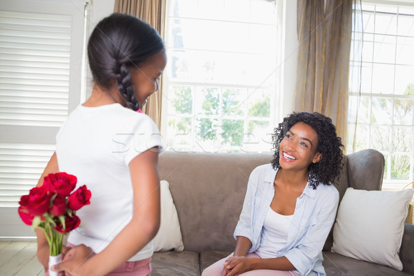 Hija ocultación ramo rosas madre sofá Foto stock © wavebreak_media