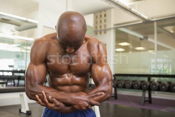 Półnagi muskularny człowiek mięśni młodych siłowni Zdjęcia stock © wavebreak_media