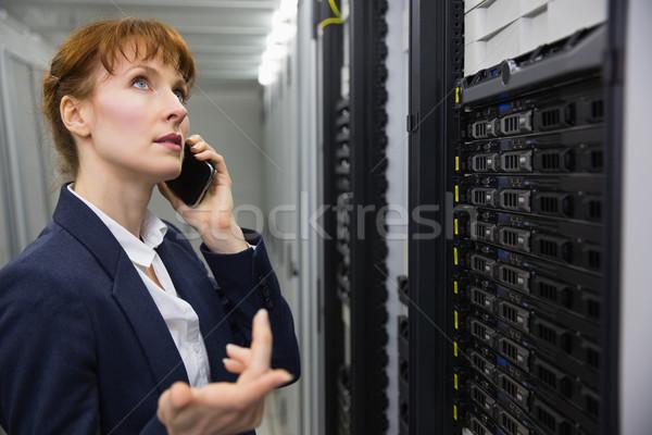 Bastante técnico hablar teléfono mirando servidor Foto stock © wavebreak_media