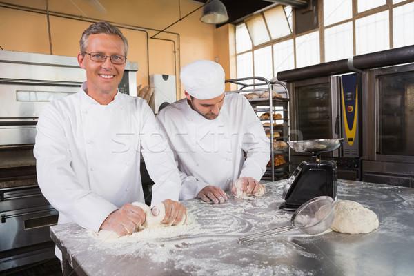 Uśmiechnięty Licznik kuchnia piekarni szczęśliwy Zdjęcia stock © wavebreak_media
