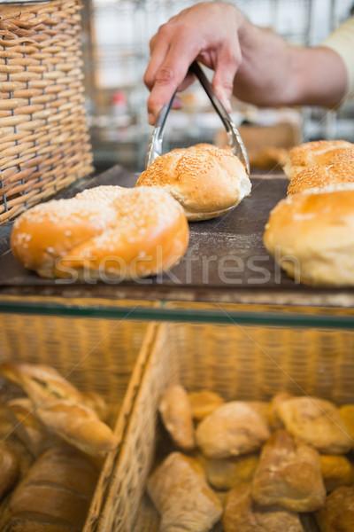 Mano camarero toma pan tenazas panadería Foto stock © wavebreak_media