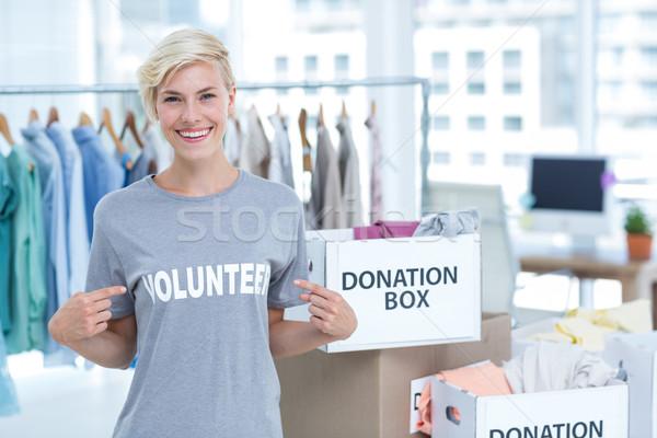 Portret szczęśliwy kobiet wolontariusz wskazując kobieta Zdjęcia stock © wavebreak_media