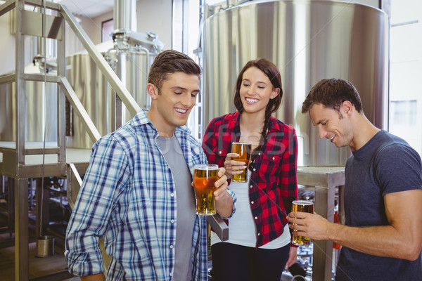 Giovani hipsters degustazione birra insieme fabbrica Foto d'archivio © wavebreak_media
