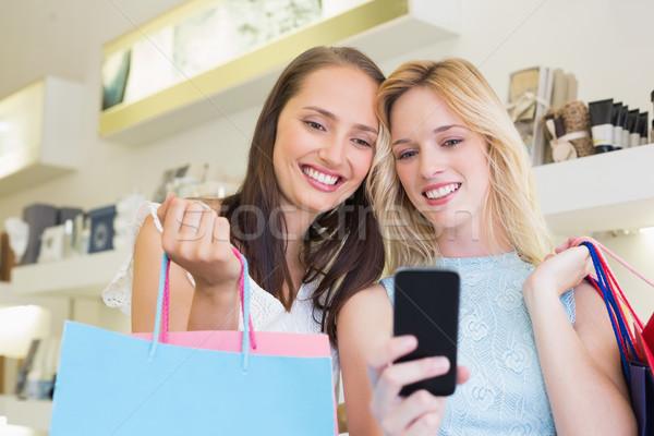 Boldog nők barátok néz okostelefon szépségszalon Stock fotó © wavebreak_media