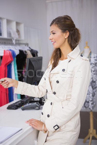 Donna sorridente carta di credito boutique shopping vestiti Foto d'archivio © wavebreak_media