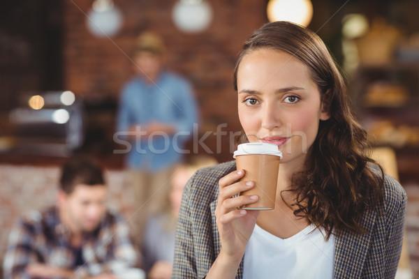 Glimlachend jonge vrouw drinken beker portret coffeeshop Stockfoto © wavebreak_media
