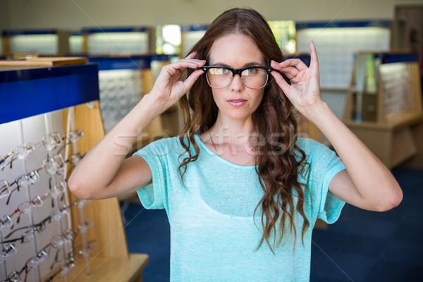 Mulher bonita compras novo óculos feminino cliente Foto stock © wavebreak_media