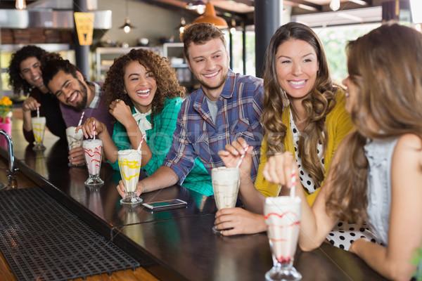 Freunde trinken Restaurant glücklich Lächeln Mode Stock foto © wavebreak_media