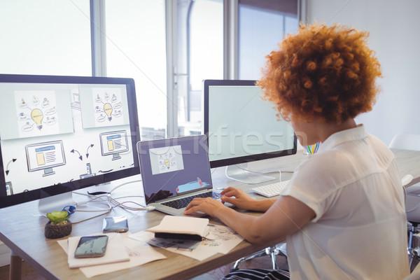 деловая женщина рабочих ноутбука служба бизнеса Сток-фото © wavebreak_media