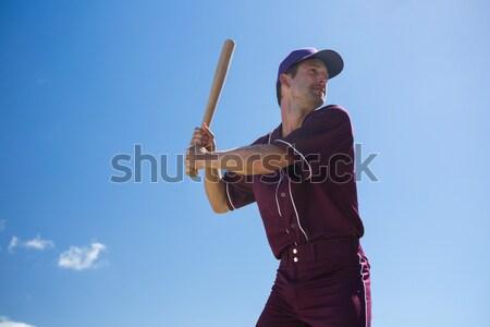 Jugador de béisbol bate campo pie cielo azul Foto stock © wavebreak_media