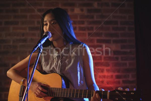 Kobiet piosenkarka gry gitara nightclub Zdjęcia stock © wavebreak_media