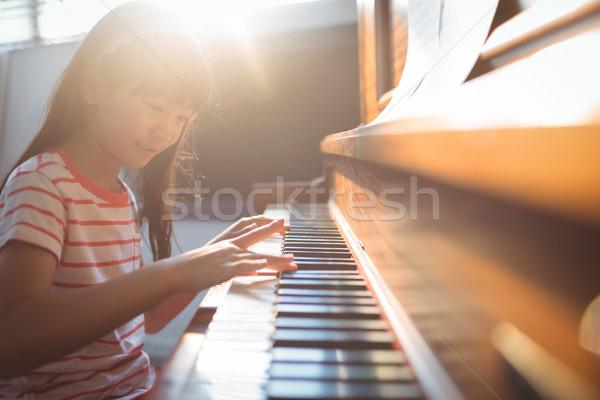 Mosolyog lány gyakorol zongora osztályterem zene Stock fotó © wavebreak_media