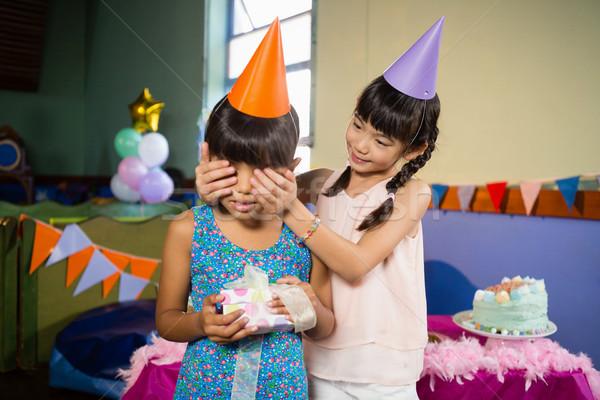 Dziewczyna urodziny dziewcząt oczy oferowanie dar Zdjęcia stock © wavebreak_media