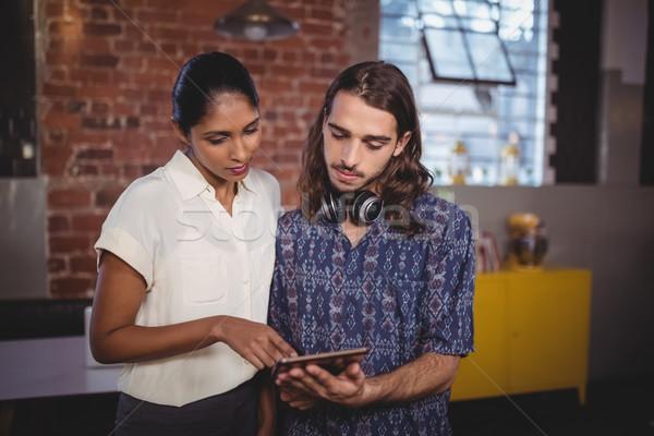 Jonge man tonen vrouwelijke vriend coffeeshop Stockfoto © wavebreak_media