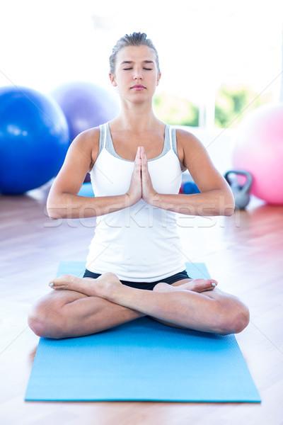 Kadın meditasyon poz yoga mat uygunluk stüdyo Stok fotoğraf © wavebreak_media