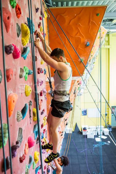 Montare Coppia arrampicata palestra uomo Foto d'archivio © wavebreak_media