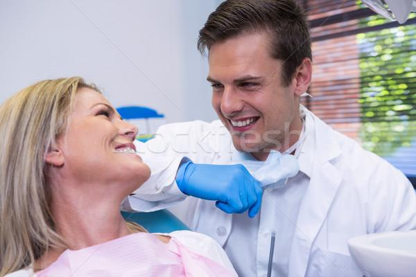 Derűs beteg néz fogorvos ül szék Stock fotó © wavebreak_media