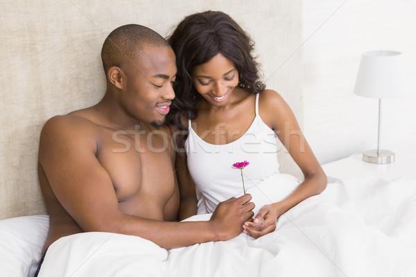 Młody człowiek oferowanie kwiat kobieta sypialni domu Zdjęcia stock © wavebreak_media