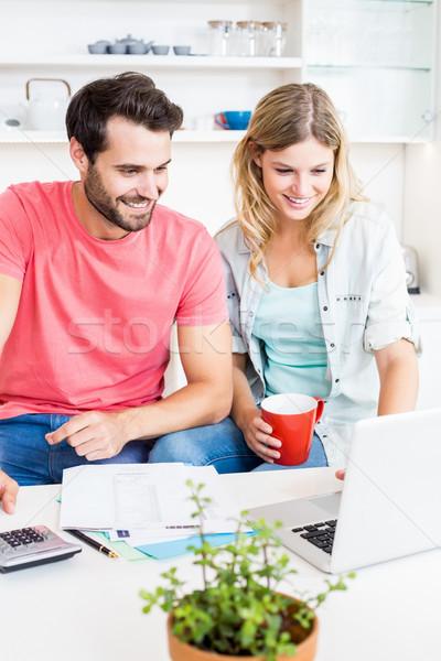 Dizüstü bilgisayar kullanıyorsanız bilgisayar kadın ev Stok fotoğraf © wavebreak_media