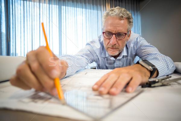 Uomo lavoro blueprint ufficio professionali Foto d'archivio © wavebreak_media