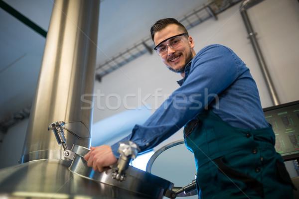 обслуживание работник рабочих пивоваренный завод портрет счастливым Сток-фото © wavebreak_media