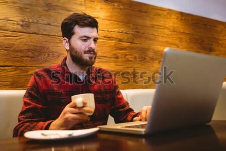 человека цифровой таблетка таблице ресторан молодым человеком Сток-фото © wavebreak_media