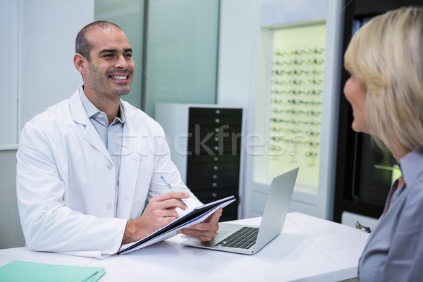 Masculina optometrista hablar femenino paciente oftalmología Foto stock © wavebreak_media