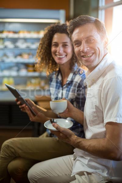 Man beker thee vrouw digitale tablet Stockfoto © wavebreak_media