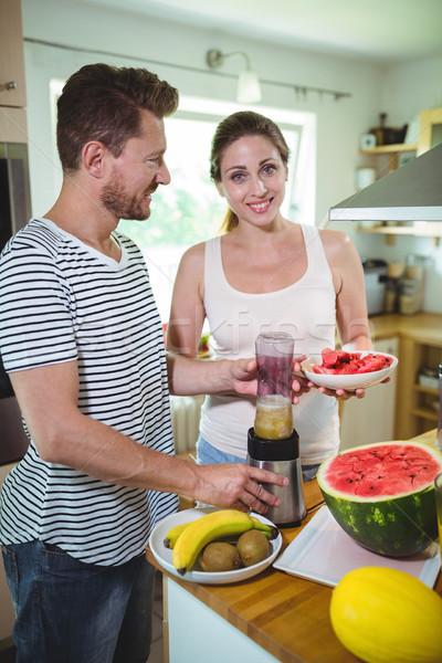 Mosolyog pár gyümölcs smoothie konyha otthon Stock fotó © wavebreak_media