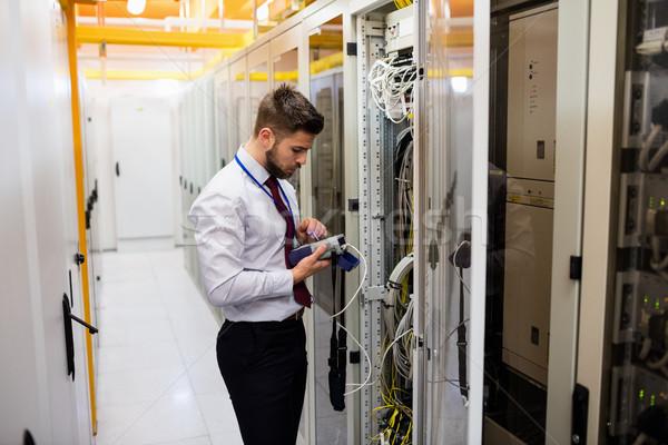 Technicien numérique câble serveur chambre réseau Photo stock © wavebreak_media