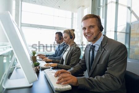 Business collega's bespreken blauwdruk gang kantoor Stockfoto © wavebreak_media