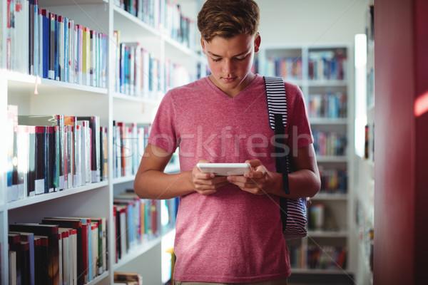 Attento scolaro digitale tablet biblioteca scuola Foto d'archivio © wavebreak_media