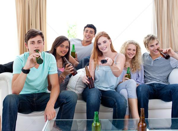 Foto stock: Amigos · potable · cerveza · casa · viendo · tv