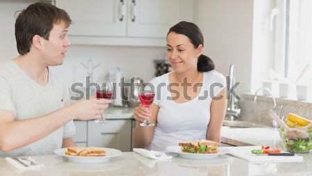 Mulher beijando namorado cozinha comida sorrir Foto stock © wavebreak_media