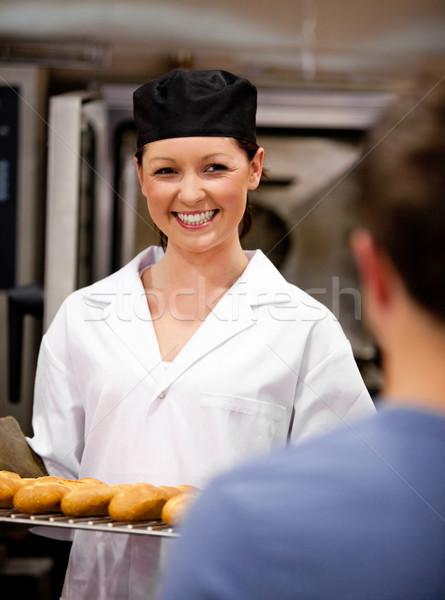 Glimlachend vrouwelijke bakker baguettes klaar Stockfoto © wavebreak_media