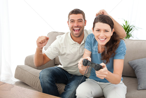 Homme encourageant petite amie jouer jeu vidéo Photo stock © wavebreak_media