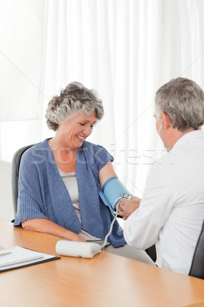 Senior Arzt Aufnahme Blutdruck Patienten Büro Stock foto © wavebreak_media