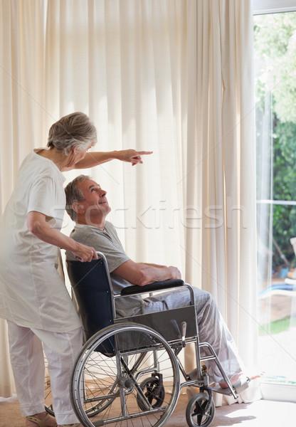 Pensione Coppia guardando fuori finestra medici Foto d'archivio © wavebreak_media