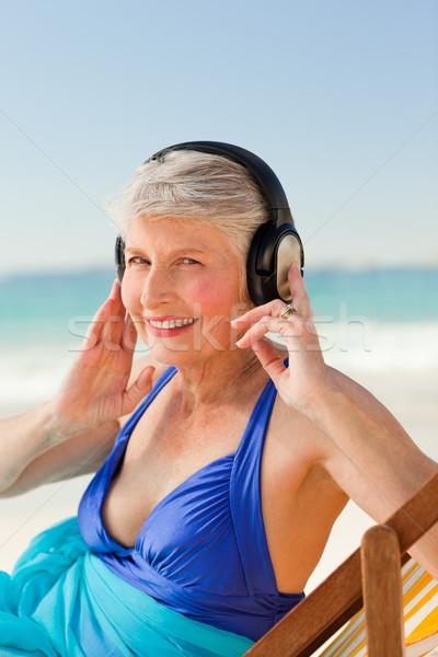 Emeryturę kobieta słuchanie muzyki plaży wody szczęśliwy Zdjęcia stock © wavebreak_media