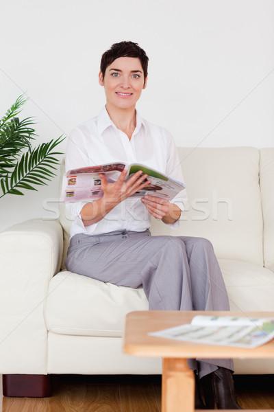 улыбающаяся женщина чтение журнала зал ожидания женщину цветок Сток-фото © wavebreak_media