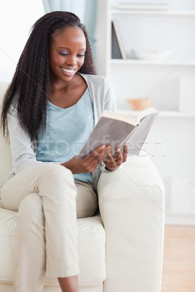 Foto d'archivio: Donna · sorridente · lettura · libro · divano · home · lounge