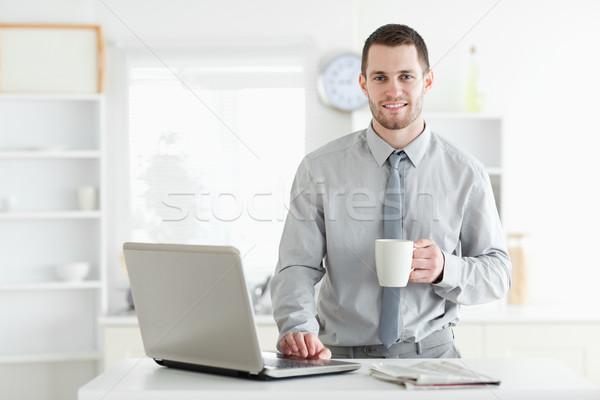 ストックフォト: ビジネスマン · ノートブック · 飲料 · コーヒー · キッチン · ビジネス