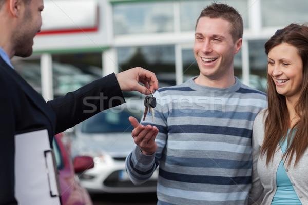 Casal chaves do carro revendedor empresário terno Foto stock © wavebreak_media