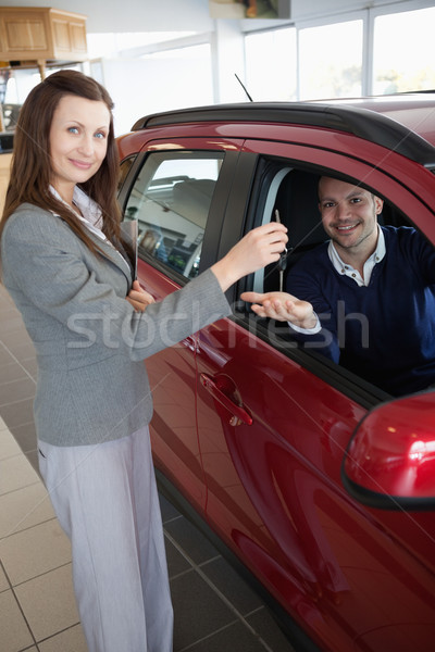 Man hand autosleutels vrouw vrouwelijke sleutels Stockfoto © wavebreak_media