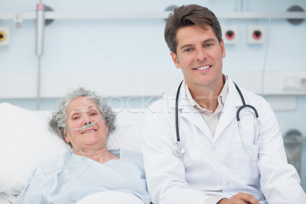 Doktor oturma yatak hasta hastane adam Stok fotoğraf © wavebreak_media