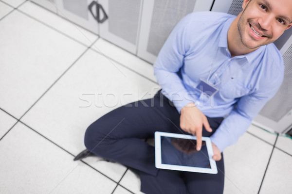 Technikus boldogan táblagép adatközpont ül padló Stock fotó © wavebreak_media