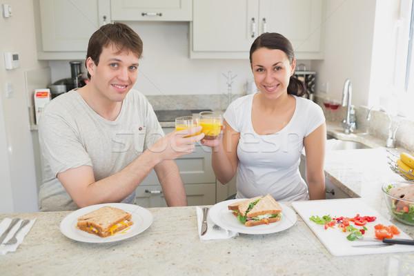 Jongeren drinken sinaasappelsap eten sandwiches keuken Stockfoto © wavebreak_media