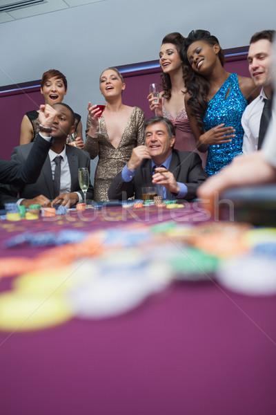 Mensen kijken roulettewiel casino geld zwarte Stockfoto © wavebreak_media