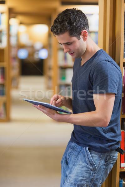 Man boekenplank college bibliotheek Stockfoto © wavebreak_media